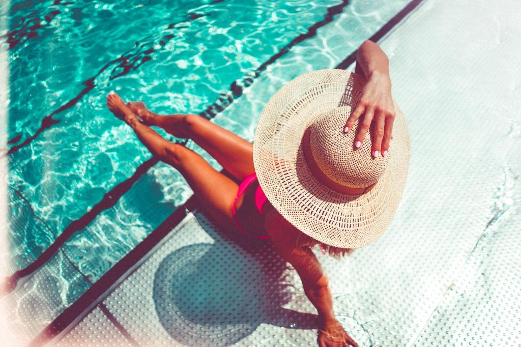 aan het zwembad met hoed